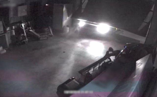 Imatge del grup criminal quan accedia en una nau industrial amb el seu vehicle