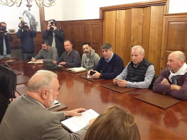 Reunión del comité de empresa de Vulcano y representantes sindicales con el presidente del Puerto de Vigo, Enrique López Veiga.