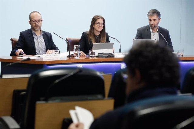El director del Servicio de Política Lingüística, Joan Sans, la ministra de cultura, Sílvia Riva, y el director del CRES, Joan Micó