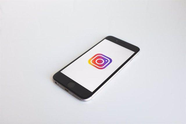 Instagram introdueix una nova funció que avisa l'usuari que el seu peu de foto pot ser ofensiu.