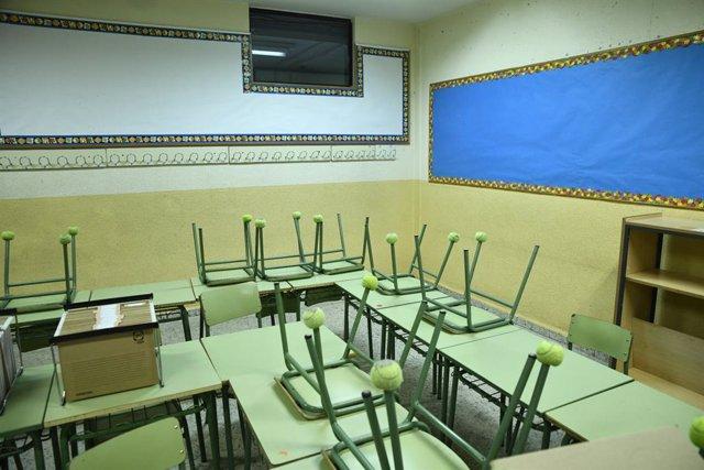 Cadires i taules en un aula del Col·legi d'Educació Infantil i Primària (CEIP) Joaquín Costa de Madrid.