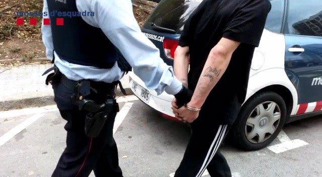 Detingut per 100 robatoris en cotxes aparcats en prquings