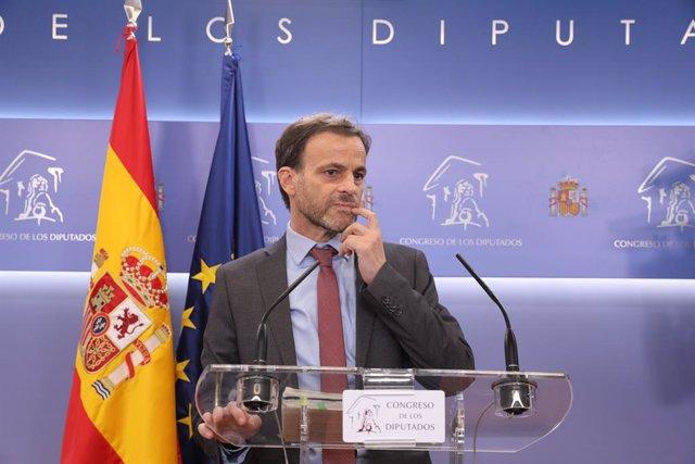 El diputat d'En Comú Podem Jaume Asens ofereix una roda de premsa al Congrés dels Diputats després de la seva consulta amb el rei sobre una possible investidura del candidat socialista Pedro Sánchez (Arxiu)