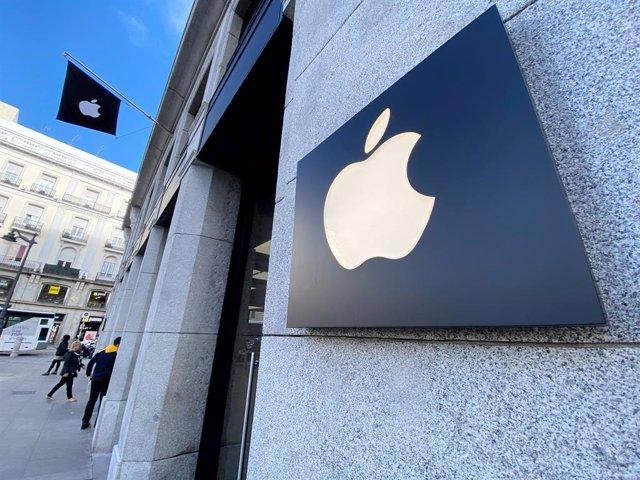 Logo d'Apple a l'edifici de la botiga d'Apple a la Puerta del Sol, a Madrid (Espanya), 13 de novembre del 2019.