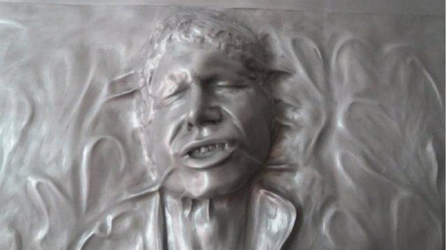 Una réplica tamaño real de Han Solo congelado en carbonita en Star Wars: El imperio contraataca