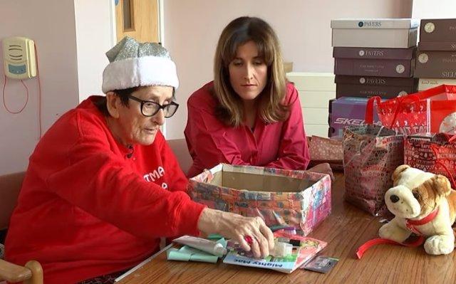 Una mujer de 80 años reúne 500 cajas de zapatos para rellenarlas con juguetes y regalárselas a los niños necesitados esta Navidad