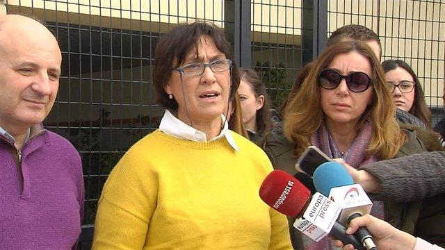 La jefa de Estudios del IES Luis Carrillo de Sotomayor de Baena (Córdoba), Antonia Villatoro, atiende a los medios a las puertas del centro.