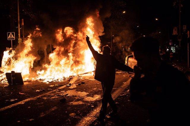 AMP.- Fútbol.- Las protestas ante el Camp Nou terminan con nueve detenidos y 60
