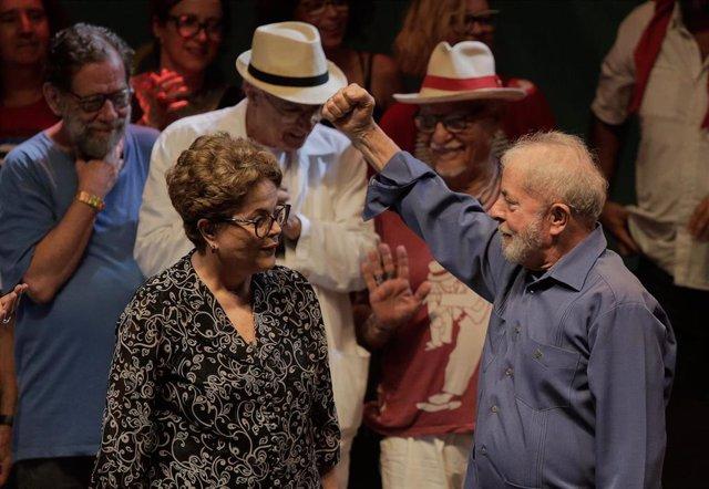 Los expresidentes de Brasil Dilma Rousseff y Lula da Silva, durante un acto con artistas e intelectuales celebrado en Río de Janeiro.