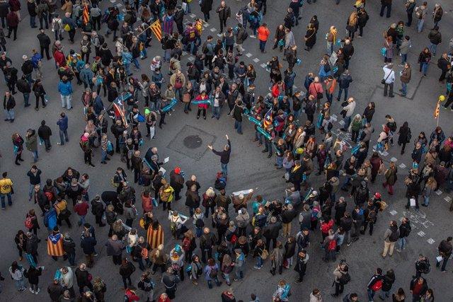 Un grup de persones convocades per Tsunami Democràtic. amb motiu del partit entre el Barça i el Madrid, prop del Camp Nou,  a 18 de diciembre de 2019.