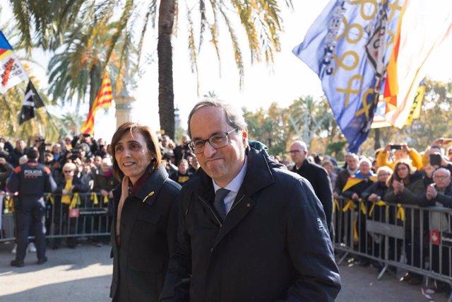 El presidente de la Generalitat, Quim Torra, sale de declarar del TSJC acompañado de su mujer