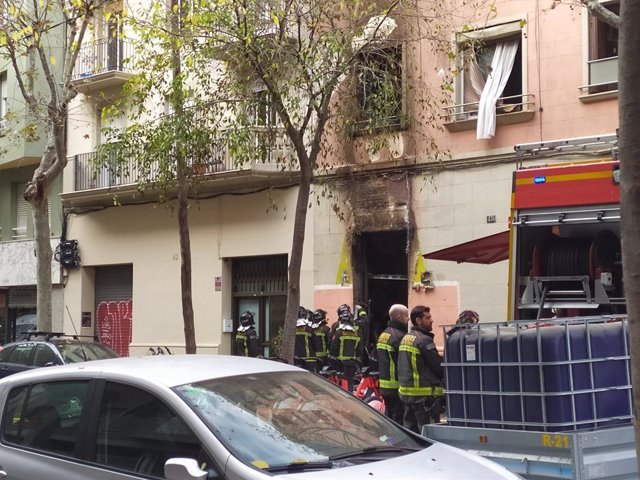 Incendi al carrer Enamorats de Barcelona.