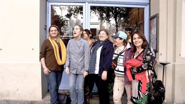 Eloisa, Patricia, Cristina, Esteban i Gemma del centre Assís al costat d'Ada Parellada