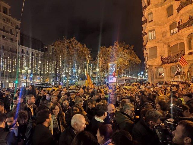 Centenars de persones demanen la llibertat de Junqueras i protesten contra la inhabilitació de Torra