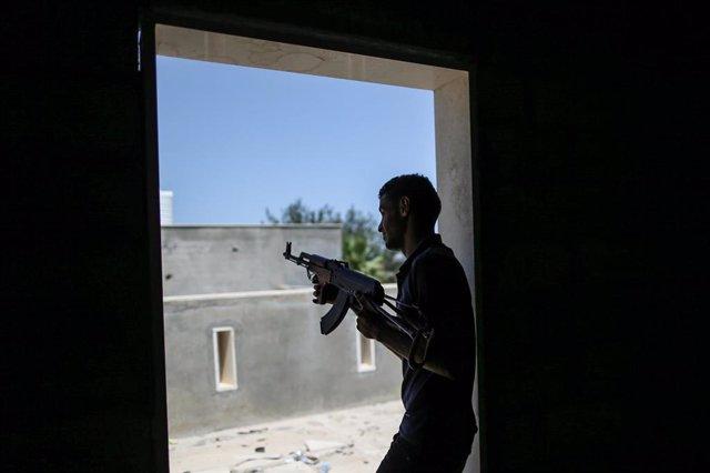 Combatiente leal al gobierno de unidad en Libia