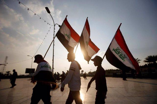 Manifestantes en Basora con banderas de Irak