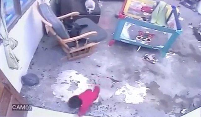 Un gato salva a un bebé de un año de caer por las escaleras