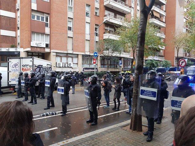 Agents antialdarulls dels Mossos d'Esquadra en un desnonament a la Travessera de Gràcia de Barcelona.