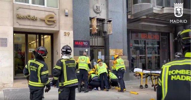 En estado crítico una mujer golpeada por un cascote de la calle Alcalá 31