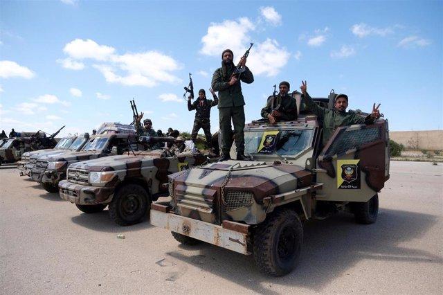 Combatientes de las fuerzas del general Jalifa Haftar antes de avanzar hacia Trípoli