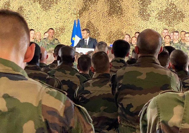 Emmanuel Macron visita al contingente militar francés en Abiyán