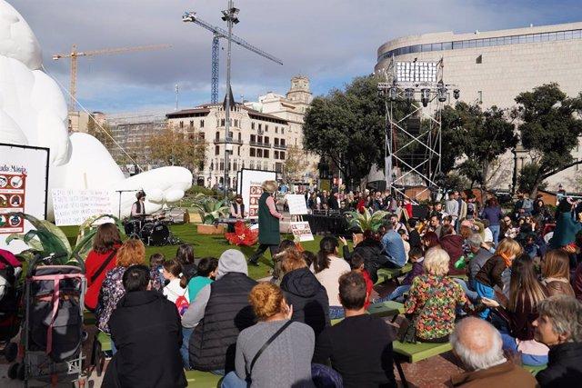 Una de les activitats de la Fira d'economia social i solidària celebrada a la plaça Catalunya de Barcelona.