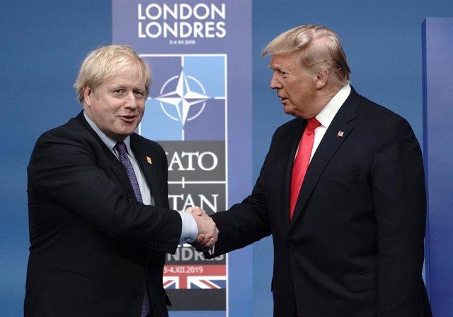 El primer ministre britànic, Boris Johnson, dona la mà al president dels Estats Units, Donald Trump