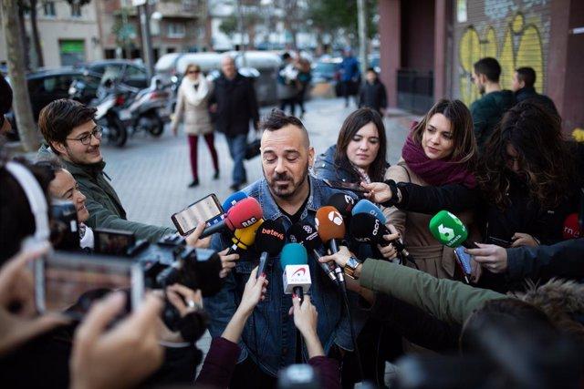 Un home que va tenir la grossa a les mans, però que al final no el va comprar, ofereix declaracions als mitjans de comunicació a l'administració de loteria situada a la Rambla Guipúscoa 2 de Barcelona