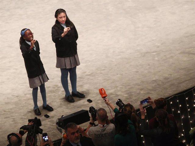 Dos de les nenes de la residència de Sant Idelfons canten un dels cinquens premis de la Loteria de Nadal, durant la celebració del Sorteig Extraordinari de la Loteria de Nadal 2019 al Teatro Real de Madrid (Espanya), a 22 de desembre del 2019.