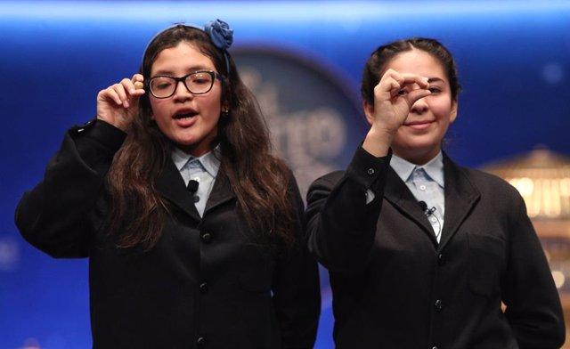 Les dues nenes de la residència de Sant Idelfons Wendy i Nicole  posen amb les boles corresponents al Tercer Premi de la Loteria de Nadal, amb el nº 00750, sortit durant el cant de la cinquena taula del Sorteig de la Loteria de Nadal 2019.