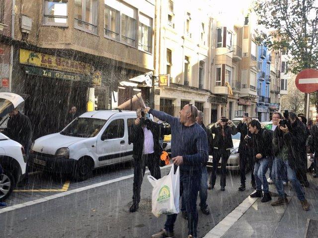 El president del centre aragonès 'El Cachirulo' a Reus (Tarragona), José Allueva, després de repartir el primer premi de la grossa del sorteig extraordinari de Nadal