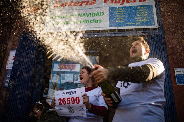 Dos bitlleters celebren que el dcim premiat amb el primer premi de la loteria de Nadal, la grossa de la Loteria, el núm. 26590, s'ha venut al seu establiment, Barcelona /Catalunya (Espanya), 22 de desembre del 2019