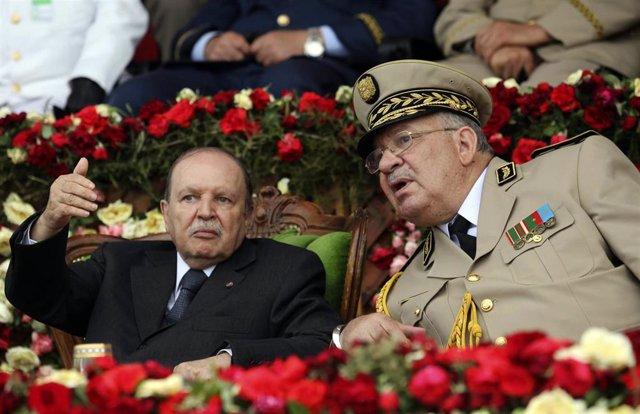 El jefe del Ejército de Argelia, el general Ahmed Gaed Salá, en una imagen de archivo con Buteflika