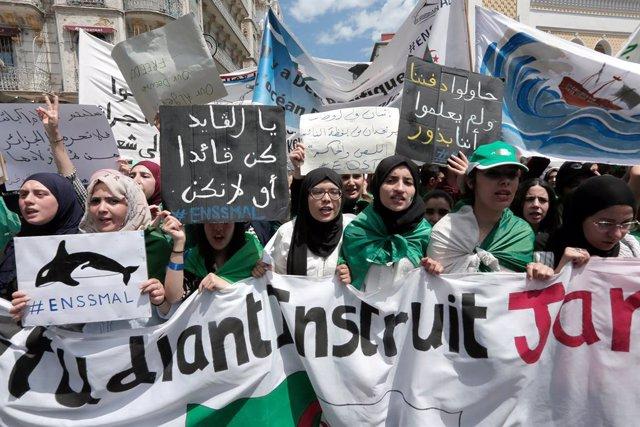 20 d'abril, Algeria: Manifestació d'estudiants contra el sistema i el president, Bouteflika (Arslane Bestaoui/Contacte)
