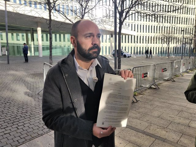 El vicepresident d'Òmnium Cultural Marcel Mauri sosté l'arxiu de la seva autoinculpació per l'1-O.