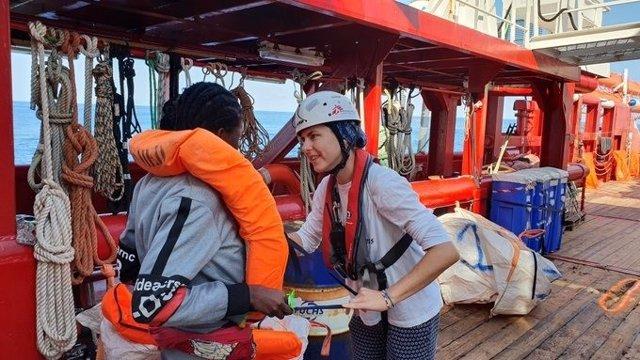 Una treballadora de MSF amb un dels rescatats pel vaixell Ocean Viking