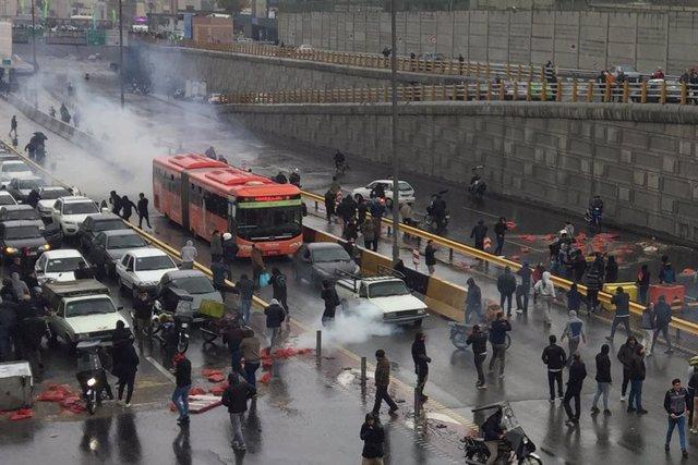 Protesta en Irán en noviembre contra el aumento de los precios del combustible
