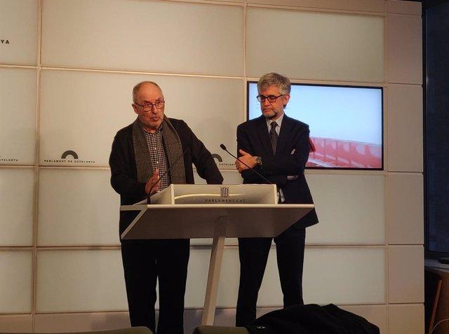 El síndic de Greuges, Rafael Ribó, i el seu adjunt, Jaume Saura, en roda de premsa al Parlament.