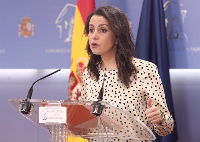 La portaveu de Ciutadans al Congrés,  Inés Arrimadas, en roda de premsa després de presentar a la cambra la proposició de Llei de Mesures de Lluita Contra la Corrupció, a Madrid (Espanya), a 20 de desembre.