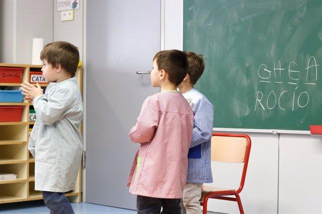 Tres escolars durant la visita que va fer el cap de Govern, Xavier Espot, al centre d'Escaldis-Engordany a l'inici del curs