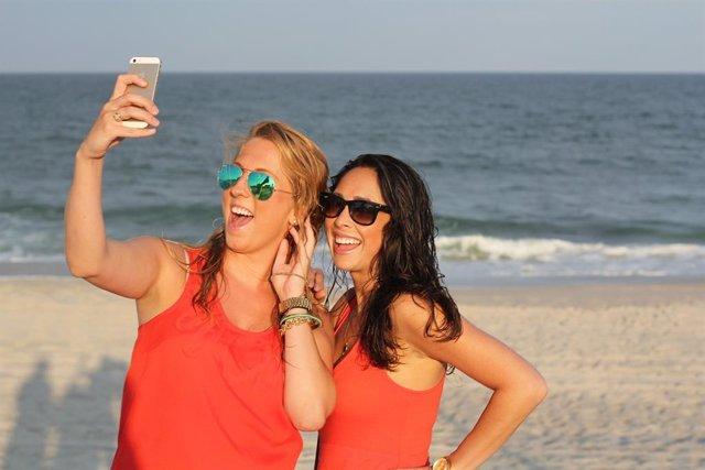 Recurs de dues noies fent-se un 'selfie' a la platja