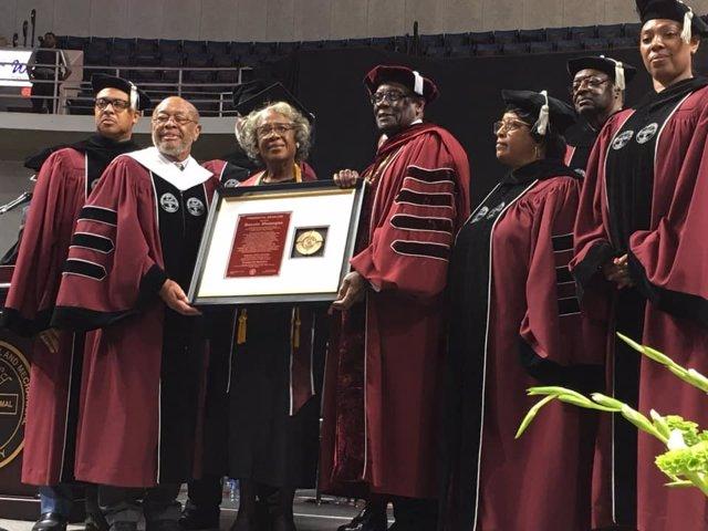Donzella Washington, 80 años, hace historia como la graduada más longeva de una universidad