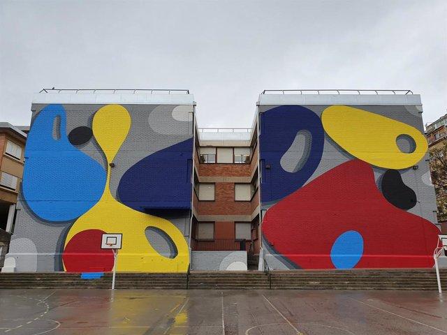 L'artista urbà Santiago Jaén pinta un mural abstracte a L'Hospitalet