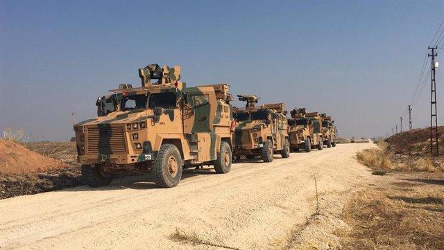 Vehículos militares turcos preparándose para entrar en Siria