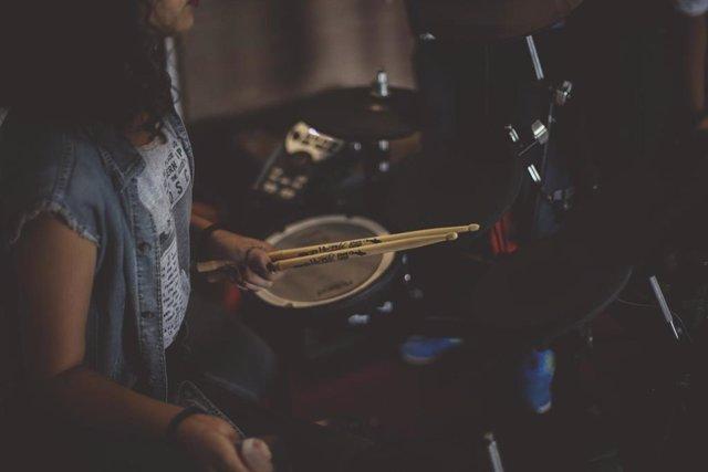 Un músico tocando la batería.