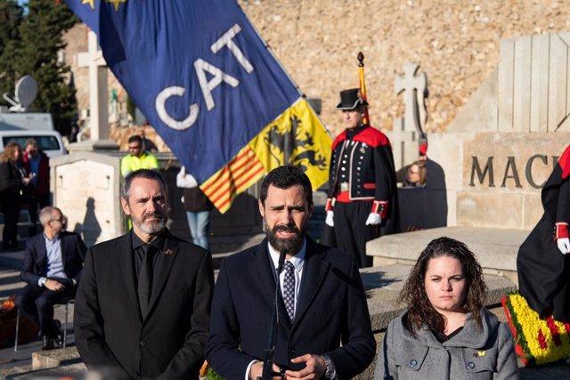 El president del Parlament, Roger Torrent, en l'ofrena anual a la tomba de l'expresident de la Generalitat Francesc Maci, a Barcelona el 25 de desembre de 2019