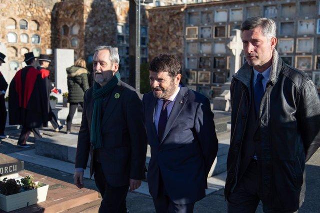 El teniente de alcalde Albert Batlle junto a Jordi Coronas (ERC) y Jordi Martí (JxCat) en la ofrenda anual a la tumba del expresidente de la Generalitat Francesc Maci, en Barcelona el 25 de diciembre de 2019