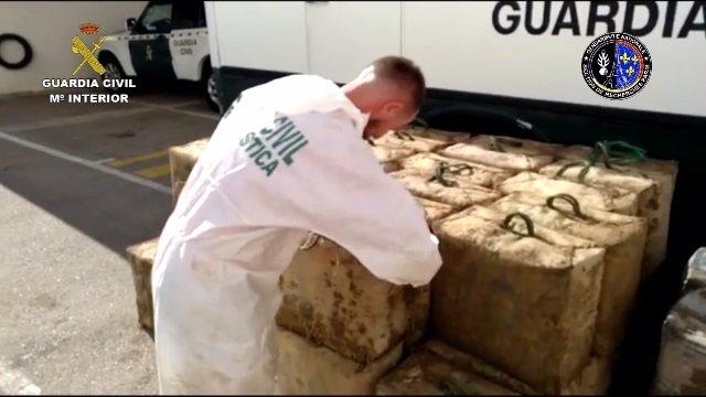 Un guàrdia civil supervisa la droga confiscada en l'operació Tenebro que ha suposat la detenció de 26 persones