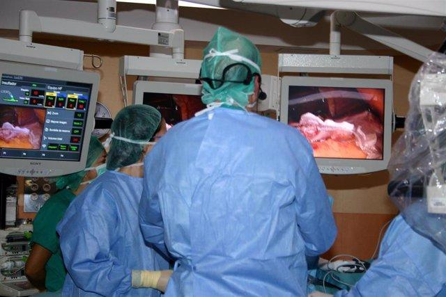 Cirujanos en una operación de cirugía bariátrica (reducción de estómago).