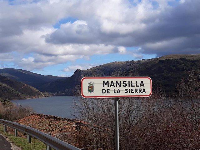 Pueblo de Mansilla con el embalse de fondo